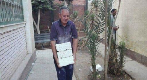 بالصور.. مدير مدرسة يحمل الطوب ويساعد في ترميم المدرسة يوم الاجازة 04210