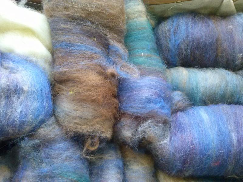 FREE FORM CROCHET à partir de Toison brute de Mouton : Robe en Laine Couleurs douces délicates Bleues Beiges Ecrues Coton perlé  Cam06310