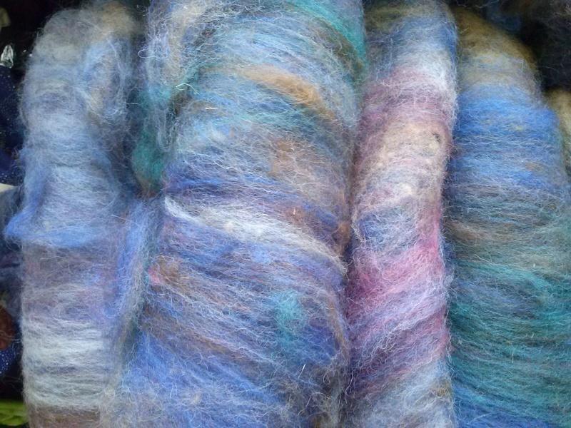 FREE FORM CROCHET à partir de Toison brute de Mouton : Robe en Laine Couleurs douces délicates Bleues Beiges Ecrues Coton perlé  Cam06312