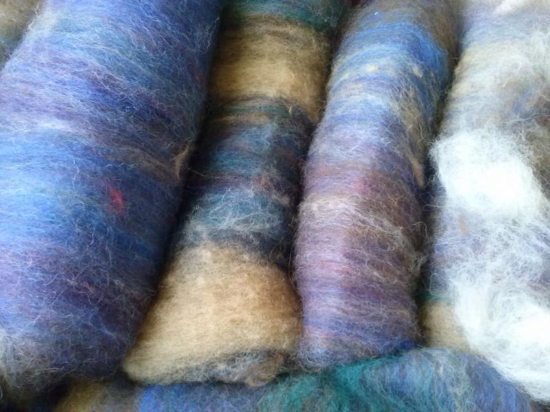 FREE FORM CROCHET à partir de Toison brute de Mouton : Robe en Laine Couleurs douces délicates Bleues Beiges Ecrues Coton perlé  Cam06313
