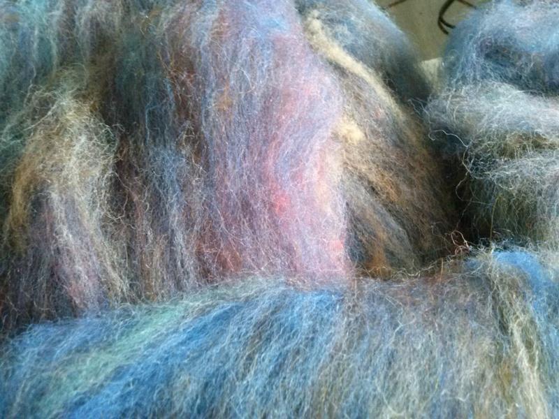 FREE FORM CROCHET à partir de Toison brute de Mouton : Robe en Laine Couleurs douces délicates Bleues Beiges Ecrues Coton perlé  Cam06610