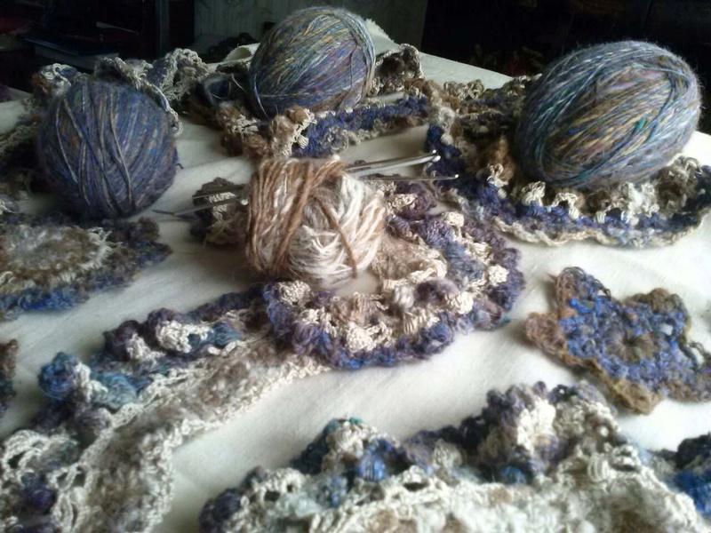 FREE FORM CROCHET à partir de Toison brute de Mouton : Robe en Laine Couleurs douces délicates Bleues Beiges Ecrues Coton perlé  Cam07110