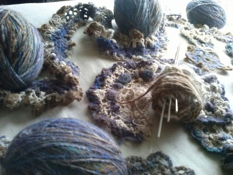 FREE FORM CROCHET à partir de Toison brute de Mouton : Robe en Laine Couleurs douces délicates Bleues Beiges Ecrues Coton perlé  Cam07111