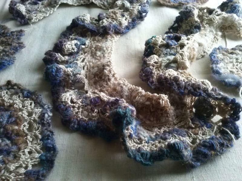 FREE FORM CROCHET à partir de Toison brute de Mouton : Robe en Laine Couleurs douces délicates Bleues Beiges Ecrues Coton perlé  Cam07112