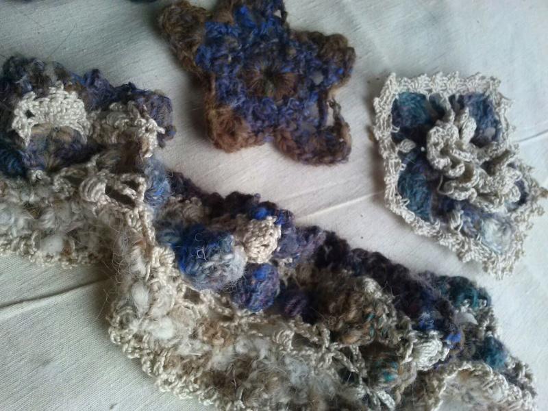 FREE FORM CROCHET à partir de Toison brute de Mouton : Robe en Laine Couleurs douces délicates Bleues Beiges Ecrues Coton perlé  Cam07114