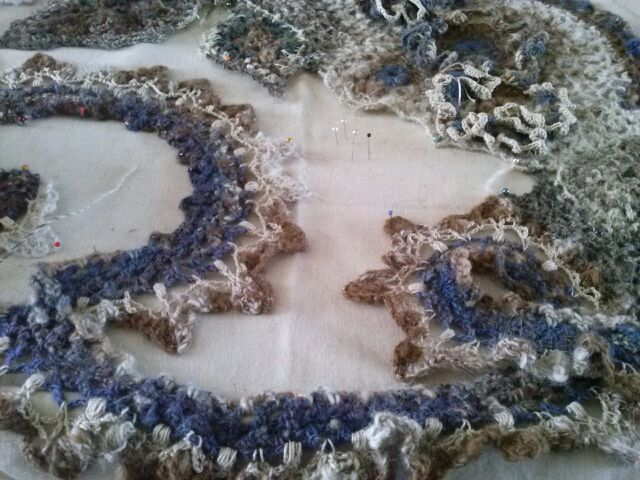 FREE FORM CROCHET à partir de Toison brute de Mouton : Robe en Laine Couleurs douces délicates Bleues Beiges Ecrues Coton perlé  Cam07510