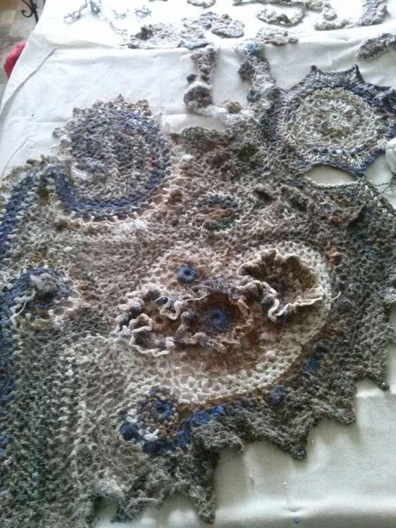 FREE FORM CROCHET à partir de Toison brute de Mouton : Robe en Laine Couleurs douces délicates Bleues Beiges Ecrues Coton perlé  Cam07610