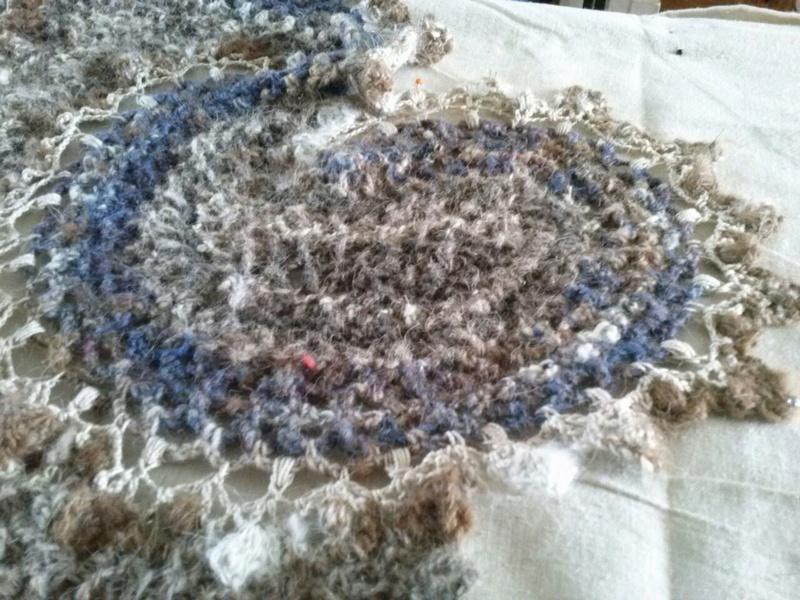 FREE FORM CROCHET à partir de Toison brute de Mouton : Robe en Laine Couleurs douces délicates Bleues Beiges Ecrues Coton perlé  Cam07612