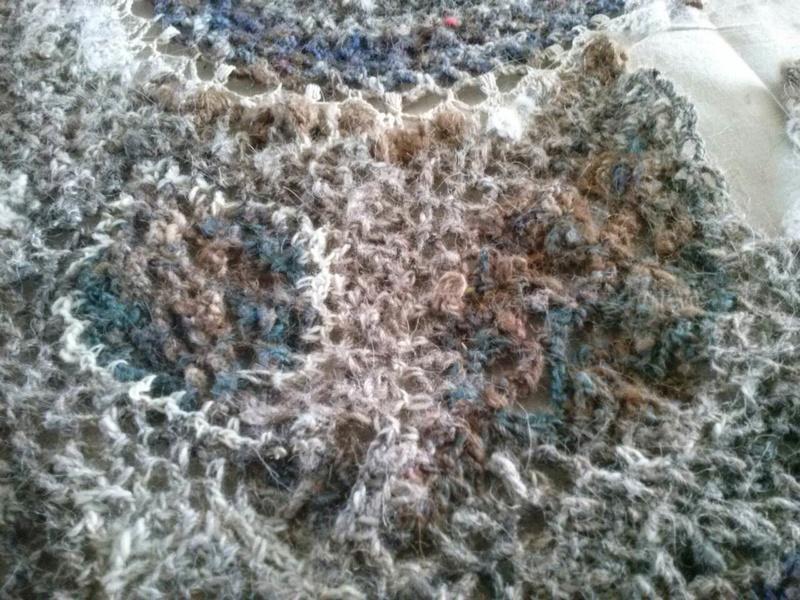 FREE FORM CROCHET à partir de Toison brute de Mouton : Robe en Laine Couleurs douces délicates Bleues Beiges Ecrues Coton perlé  Cam07613