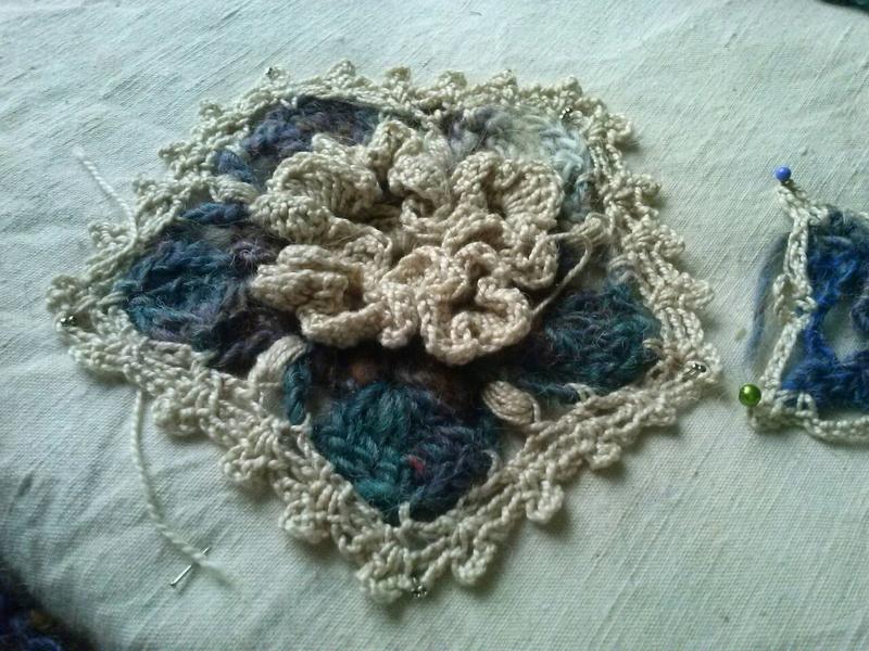 FREE FORM CROCHET à partir de Toison brute de Mouton : Robe en Laine Couleurs douces délicates Bleues Beiges Ecrues Coton perlé  Cam07812