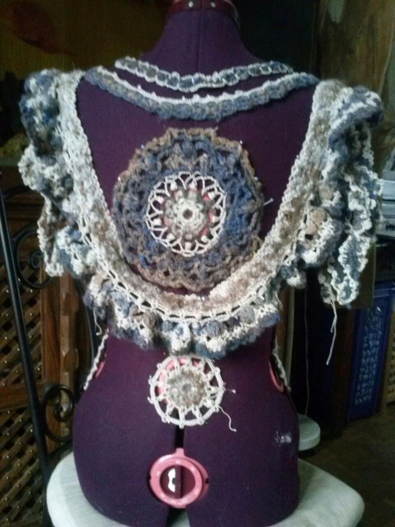 FREE FORM CROCHET à partir de Toison brute de Mouton : Robe en Laine Couleurs douces délicates Bleues Beiges Ecrues Coton perlé  Cam07817