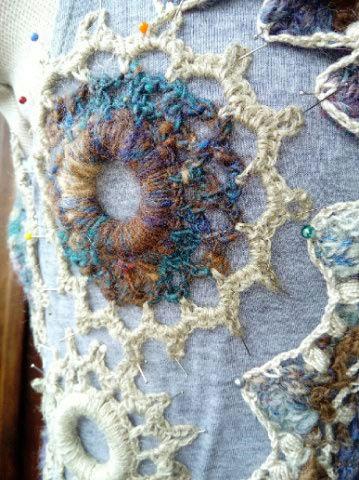 FREE FORM CROCHET à partir de Toison brute de Mouton : Robe en Laine Couleurs douces délicates Bleues Beiges Ecrues Coton perlé  Laama_10
