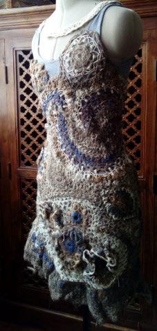 FREE FORM CROCHET à partir de Toison brute de Mouton : Robe en Laine Couleurs douces délicates Bleues Beiges Ecrues Coton perlé  Lama_110