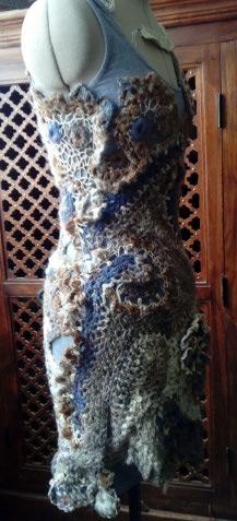 FREE FORM CROCHET à partir de Toison brute de Mouton : Robe en Laine Couleurs douces délicates Bleues Beiges Ecrues Coton perlé  Lama_111