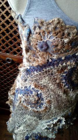 FREE FORM CROCHET à partir de Toison brute de Mouton : Robe en Laine Couleurs douces délicates Bleues Beiges Ecrues Coton perlé  Lama_113