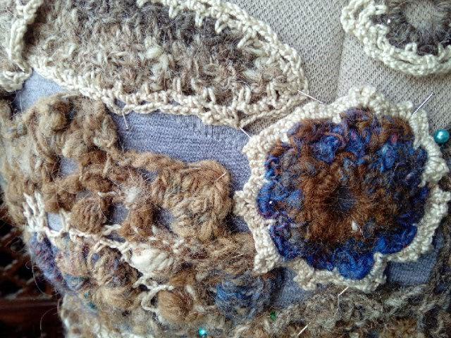 FREE FORM CROCHET à partir de Toison brute de Mouton : Robe en Laine Couleurs douces délicates Bleues Beiges Ecrues Coton perlé  Lama_117