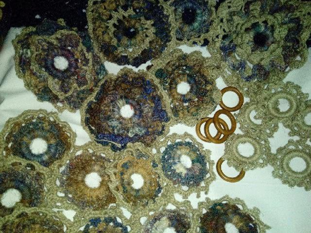 FREE FORM CROCHET à partir de Toison brute de Mouton : Robe en Laine Couleurs douces délicates Bleues Beiges Ecrues Coton perlé  Lama_119