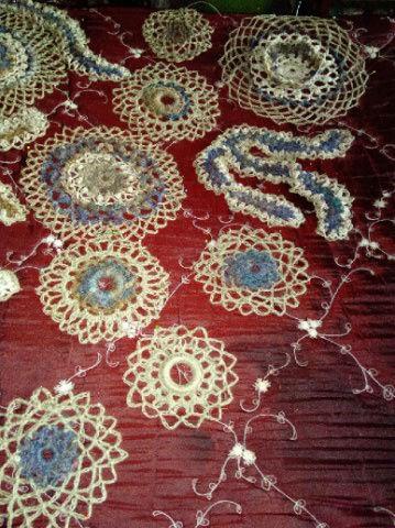 FREE FORM CROCHET à partir de Toison brute de Mouton : Robe en Laine Couleurs douces délicates Bleues Beiges Ecrues Coton perlé  Lama_120