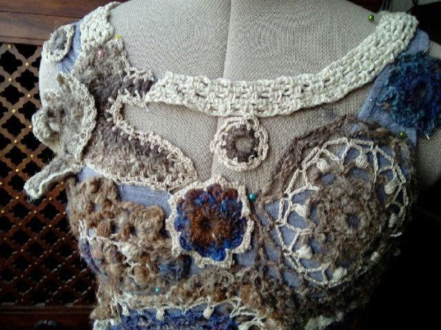 FREE FORM CROCHET à partir de Toison brute de Mouton : Robe en Laine Couleurs douces délicates Bleues Beiges Ecrues Coton perlé  Lama_210
