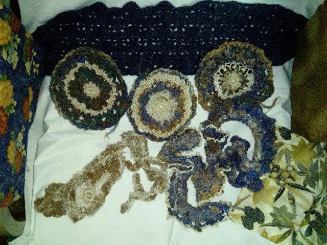 FREE FORM CROCHET à partir de Toison brute de Mouton : Robe en Laine Couleurs douces délicates Bleues Beiges Ecrues Coton perlé  Lama_213