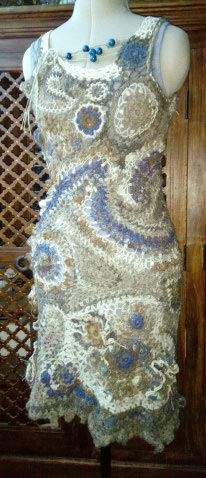 FREE FORM CROCHET à partir de Toison brute de Mouton : Robe en Laine Couleurs douces délicates Bleues Beiges Ecrues Coton perlé  Lama_214