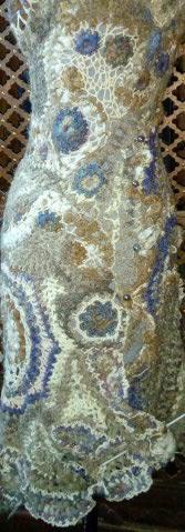 FREE FORM CROCHET à partir de Toison brute de Mouton : Robe en Laine Couleurs douces délicates Bleues Beiges Ecrues Coton perlé  Lama_310