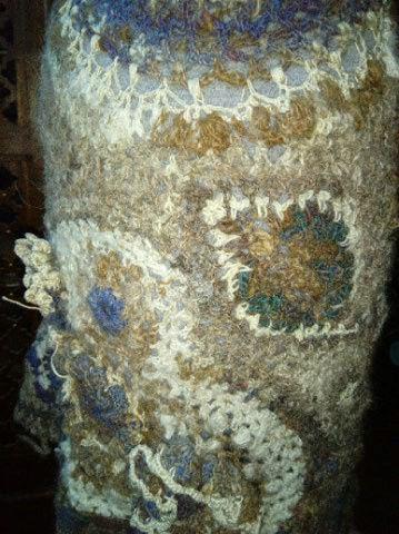 FREE FORM CROCHET à partir de Toison brute de Mouton : Robe en Laine Couleurs douces délicates Bleues Beiges Ecrues Coton perlé  Lama_311