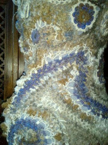 FREE FORM CROCHET à partir de Toison brute de Mouton : Robe en Laine Couleurs douces délicates Bleues Beiges Ecrues Coton perlé  Lama_313