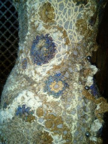 FREE FORM CROCHET à partir de Toison brute de Mouton : Robe en Laine Couleurs douces délicates Bleues Beiges Ecrues Coton perlé  Lama_314