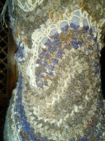 FREE FORM CROCHET à partir de Toison brute de Mouton : Robe en Laine Couleurs douces délicates Bleues Beiges Ecrues Coton perlé  Lama_315