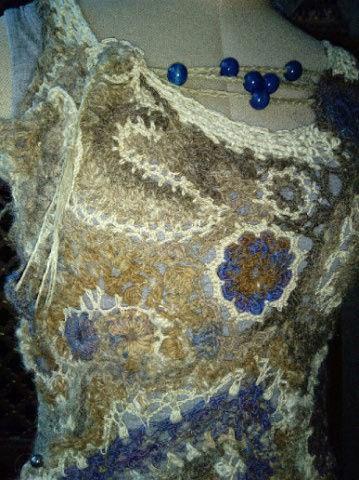 FREE FORM CROCHET à partir de Toison brute de Mouton : Robe en Laine Couleurs douces délicates Bleues Beiges Ecrues Coton perlé  Lama_318