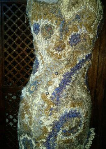 FREE FORM CROCHET à partir de Toison brute de Mouton : Robe en Laine Couleurs douces délicates Bleues Beiges Ecrues Coton perlé  Lama_319