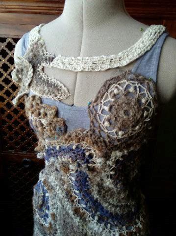 FREE FORM CROCHET à partir de Toison brute de Mouton : Robe en Laine Couleurs douces délicates Bleues Beiges Ecrues Coton perlé  Lama_410