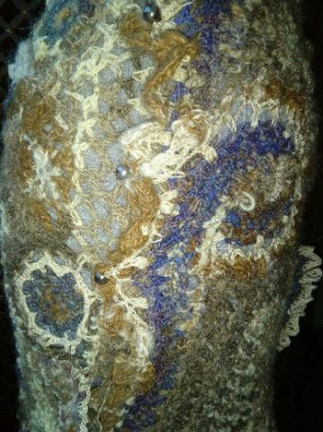 FREE FORM CROCHET à partir de Toison brute de Mouton : Robe en Laine Couleurs douces délicates Bleues Beiges Ecrues Coton perlé  Lama_411