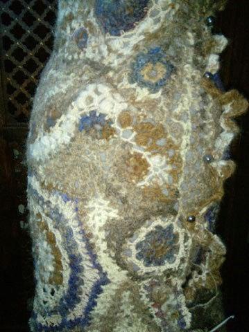 FREE FORM CROCHET à partir de Toison brute de Mouton : Robe en Laine Couleurs douces délicates Bleues Beiges Ecrues Coton perlé  Lama_412