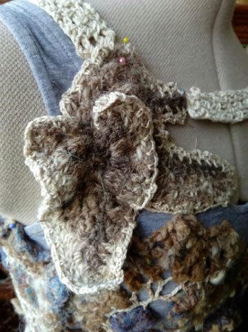 FREE FORM CROCHET à partir de Toison brute de Mouton : Robe en Laine Couleurs douces délicates Bleues Beiges Ecrues Coton perlé  Lama_510