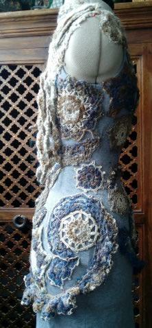 FREE FORM CROCHET à partir de Toison brute de Mouton : Robe en Laine Couleurs douces délicates Bleues Beiges Ecrues Coton perlé  Lama_511