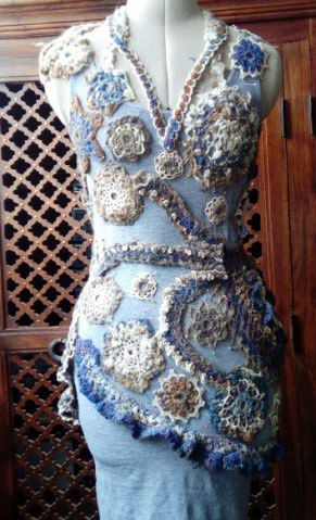 FREE FORM CROCHET à partir de Toison brute de Mouton : Robe en Laine Couleurs douces délicates Bleues Beiges Ecrues Coton perlé  Lama_512