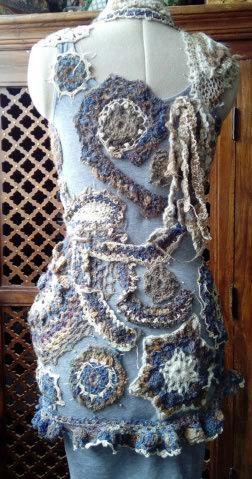 FREE FORM CROCHET à partir de Toison brute de Mouton : Robe en Laine Couleurs douces délicates Bleues Beiges Ecrues Coton perlé  Lama_514