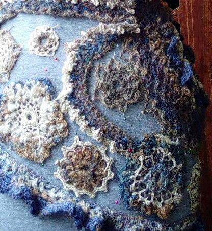 FREE FORM CROCHET à partir de Toison brute de Mouton : Robe en Laine Couleurs douces délicates Bleues Beiges Ecrues Coton perlé  Lama_515