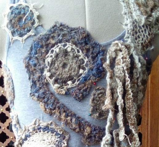 FREE FORM CROCHET à partir de Toison brute de Mouton : Robe en Laine Couleurs douces délicates Bleues Beiges Ecrues Coton perlé  Lama_516