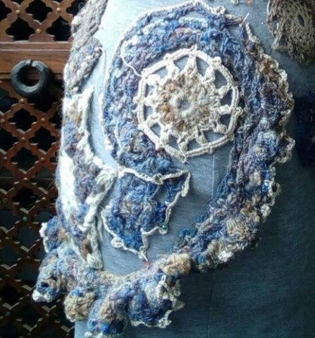 FREE FORM CROCHET à partir de Toison brute de Mouton : Robe en Laine Couleurs douces délicates Bleues Beiges Ecrues Coton perlé  Lama_517