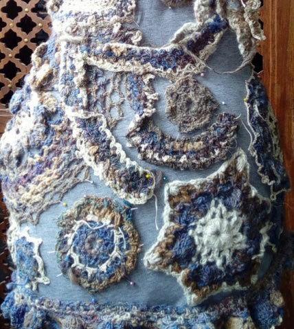 FREE FORM CROCHET à partir de Toison brute de Mouton : Robe en Laine Couleurs douces délicates Bleues Beiges Ecrues Coton perlé  Lama_518