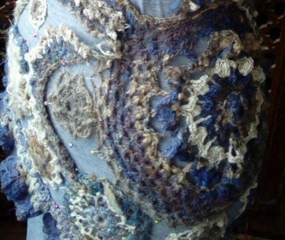 FREE FORM CROCHET à partir de Toison brute de Mouton : Robe en Laine Couleurs douces délicates Bleues Beiges Ecrues Coton perlé  Lama_610