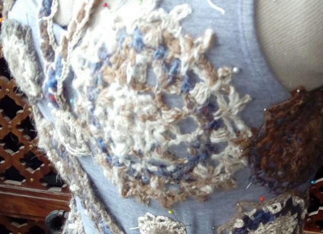FREE FORM CROCHET à partir de Toison brute de Mouton : Robe en Laine Couleurs douces délicates Bleues Beiges Ecrues Coton perlé  Lama_611