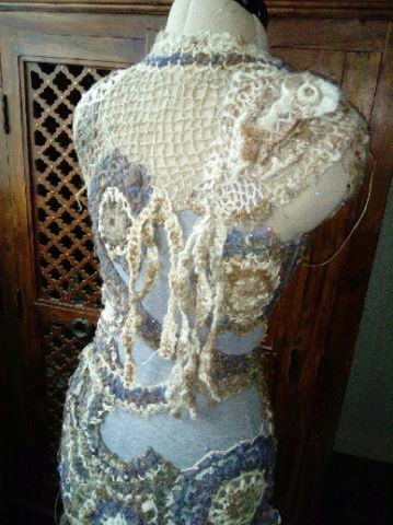 FREE FORM CROCHET à partir de Toison brute de Mouton : Robe en Laine Couleurs douces délicates Bleues Beiges Ecrues Coton perlé  Lama_615