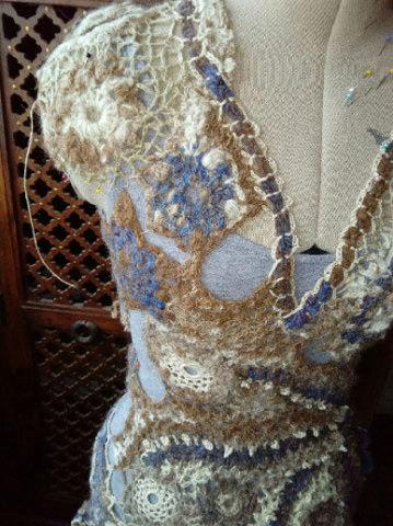 FREE FORM CROCHET à partir de Toison brute de Mouton : Robe en Laine Couleurs douces délicates Bleues Beiges Ecrues Coton perlé  Lama_616