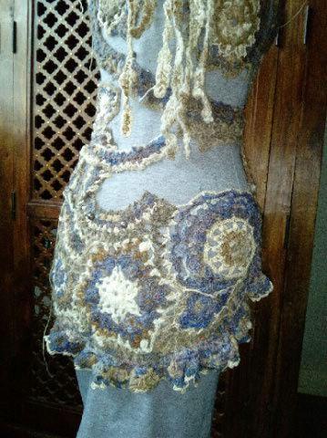FREE FORM CROCHET à partir de Toison brute de Mouton : Robe en Laine Couleurs douces délicates Bleues Beiges Ecrues Coton perlé  Lama_617