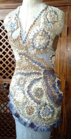 FREE FORM CROCHET à partir de Toison brute de Mouton : Robe en Laine Couleurs douces délicates Bleues Beiges Ecrues Coton perlé  Lama_710