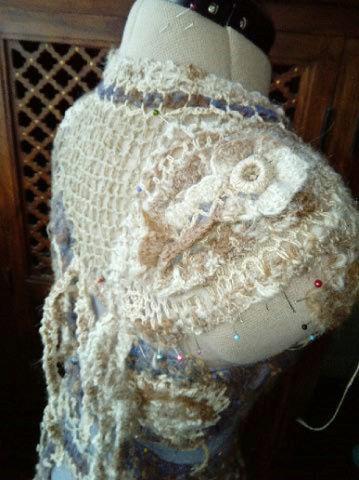 FREE FORM CROCHET à partir de Toison brute de Mouton : Robe en Laine Couleurs douces délicates Bleues Beiges Ecrues Coton perlé  Lama_711